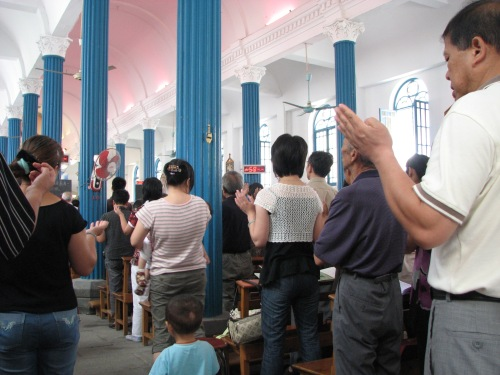 2009 - Faithful pray ''Our Father' at Hangzhou Catholic Church of Our Lady Of The Immaculate Conception